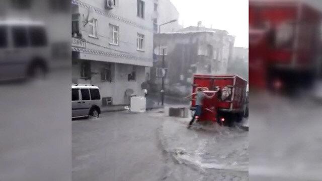 Gaziosmanpaşa'da sele kapılan buzdolabının peşinden böyle koştu