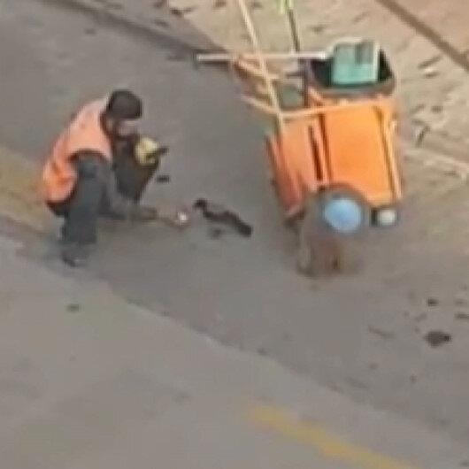 Boluda temizlik işçisi yanına gelen kargayı elleriyle besledi