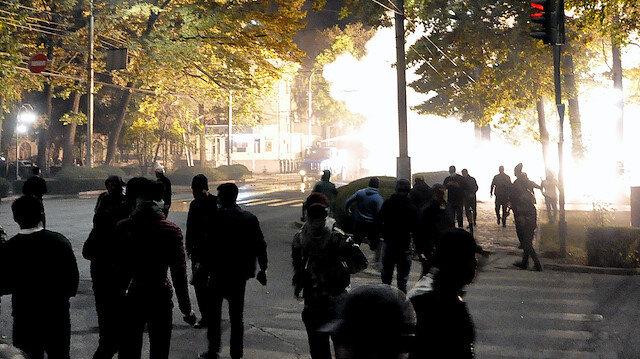Kırgızistan karıştı: Göstericiler Cumhurbaşkanlığı Sarayı ve parlamentoyu işgal etti, eski cumhurbaşkanını cezaevinden çıkardı