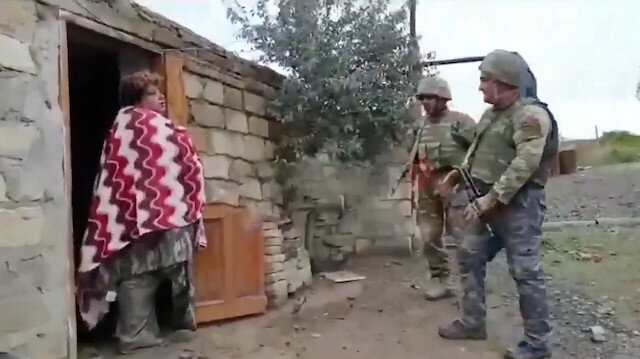 Ermeni kadın Azerbaycan askerlerini 'Evinize hoş geldiniz' diyerek karşıladı