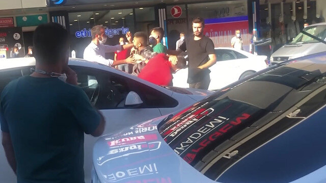 Erzincan'da genç adam annesine otomobille çarpan şahsı tekme tokat darp etti