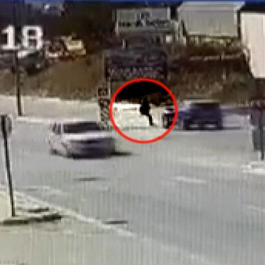 Bursada yolun karşına geçmek isteyen kadın aracın altında kaldı