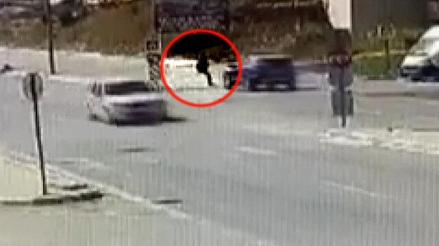 Bursa'da yolun karşına geçmek isteyen kadın aracın altında kaldı