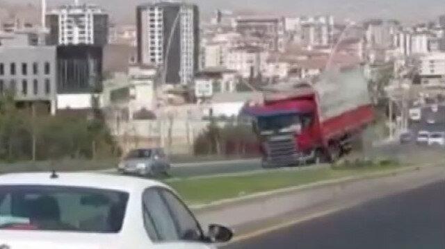 Freni boşalan kamyon trafikte 2 kilometre geri gitti, o anlar kamerada