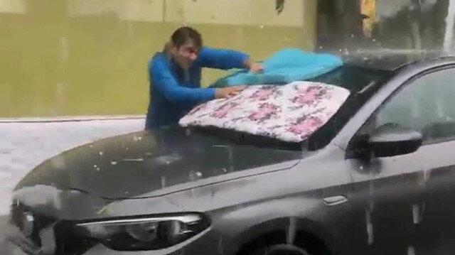 İzmir'de etkili olan dolu yağışı araç sahiplerini panikletti