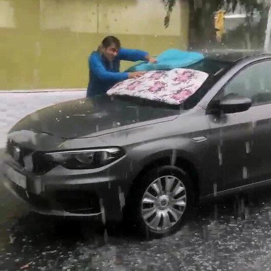 İzmirde etkili olan dolu yağışı araç sahiplerini panikletti