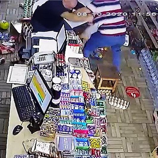Sakaryada komşusunun dükkanını basan adamın bıçaklı saldırısı kamerada