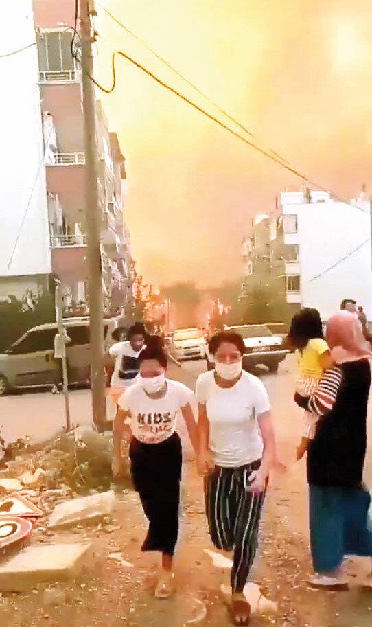 Yangının yerleşim yerlerinin bulunduğu alana yayılmasının ardından yanlarına çocuklarını da alan aileler, bölgeden kaçarak alevlerden uzaklaştı.