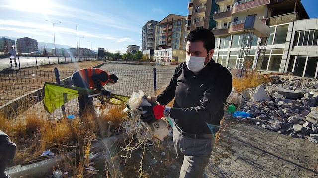 Ağrı Belediye Başkanı Sayan temizlik işçileriyle çöp topladı