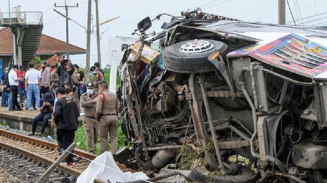 Tayland'da otobüsle tren çarpıştı