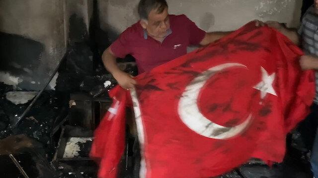Hatay'da alevlerin sardığı evden geriye sadece Türk bayrağı kaldı