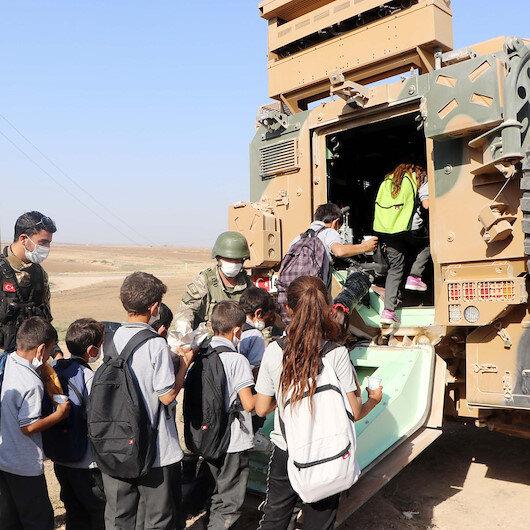 Mehmetçik Resulaynda öğrencileri zırhlı araçlarla okula taşıyor