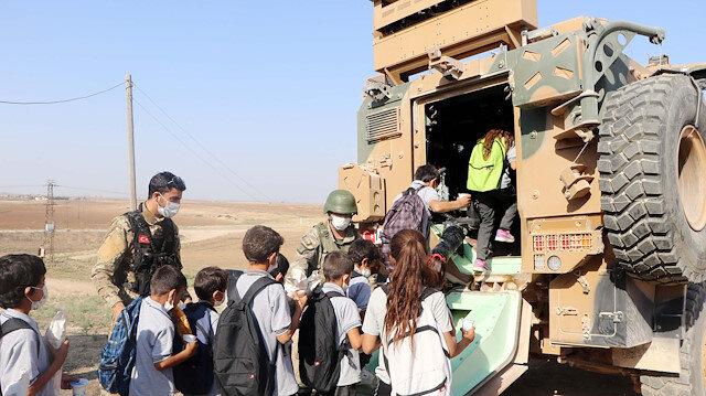 Mehmetçik Resulayn'da öğrencileri zırhlı araçlarla okula taşıyor