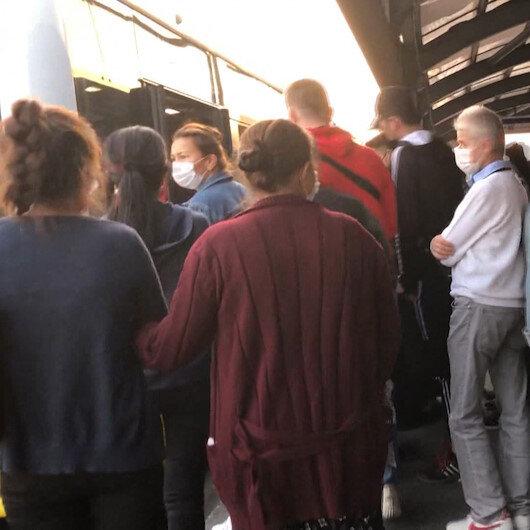 İstanbulda sosyal mesafe unutuldu: Duraklar ve metrobüsler insan akınına uğradı