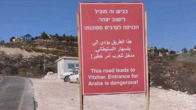 İsrailli yetkililerden Batı Şeria'daki yola ırkçı tabela: Araplar için giriş tehlikelidir!