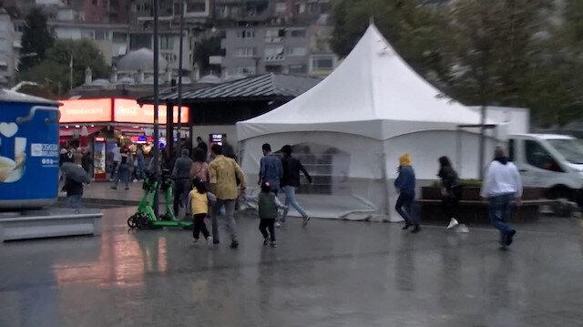 Üsküdar'da sağanak etkili oldu, vatandaşlar kaçacak yer aradı