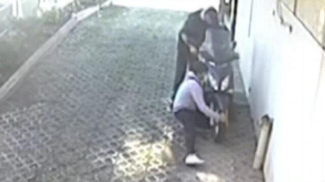 Bursa'da hırsızlar çalıştıramadıkları motosikleti sürükleyerek çaldı