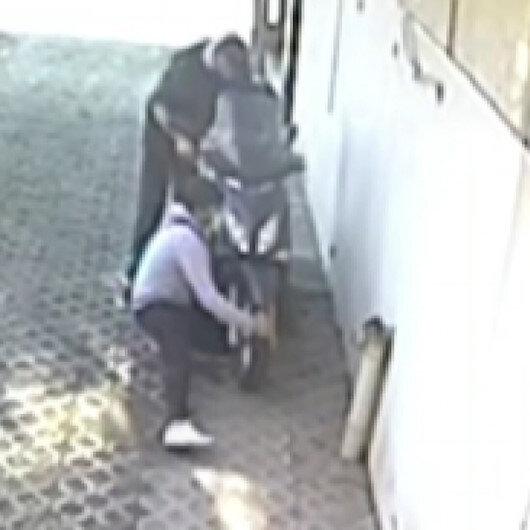 Bursada hırsızlar çalıştıramadıkları motosikleti sürükleyerek çaldı
