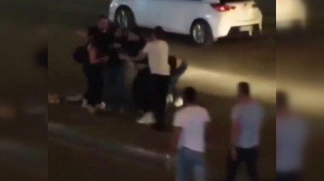 Bursa'da iki genç kız yol ortasında saç saça baş başa birbirine girdi: Vatandaşlar ayırmakta güçlük çekti