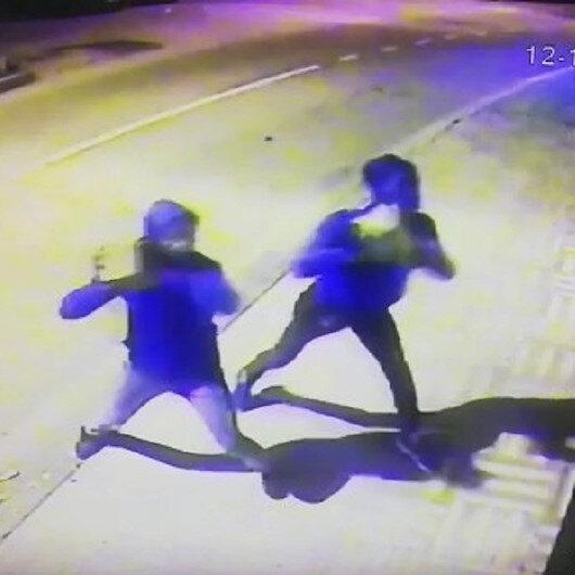 Marketin camını taşla kırıp sigara çalan hırsızlar güvenlik kamerasında