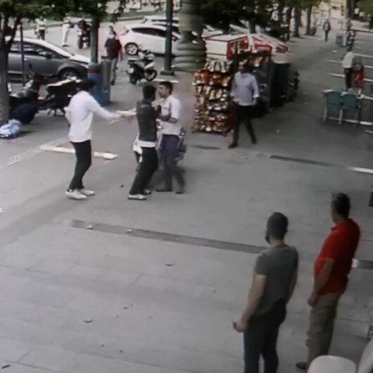 CHP İl Gençlik Kolları Başkanı ile genç liseliler grubu arasındaki bıçaklı yumruklu kavga kamerada