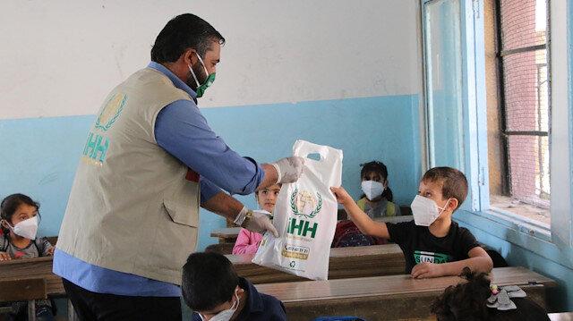 İHH'dan Afrin'deki 2 bin 500 öğrenciye kırtasiye desteği