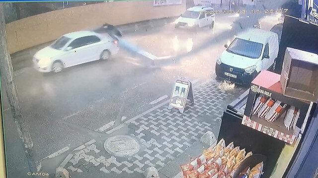 Ümraniye'de kebapçının 15 metrelik bacası araçların üzerine düştü