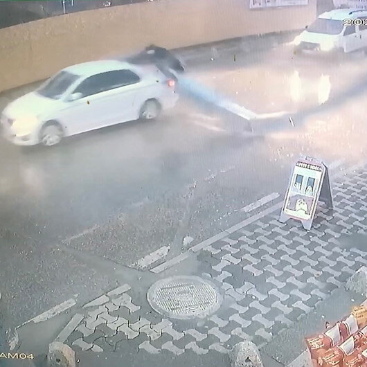 Ümraniyede kebapçının 15 metrelik bacası araçların üzerine düştü