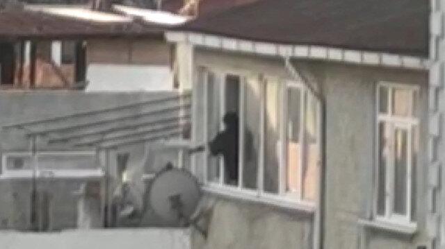 Avcılar'da komşularıyla tartışan şahıs cama çıkarak pompalı tüfekle dehşet saçtı: Dört kişinin yaralandığı olay kamerada