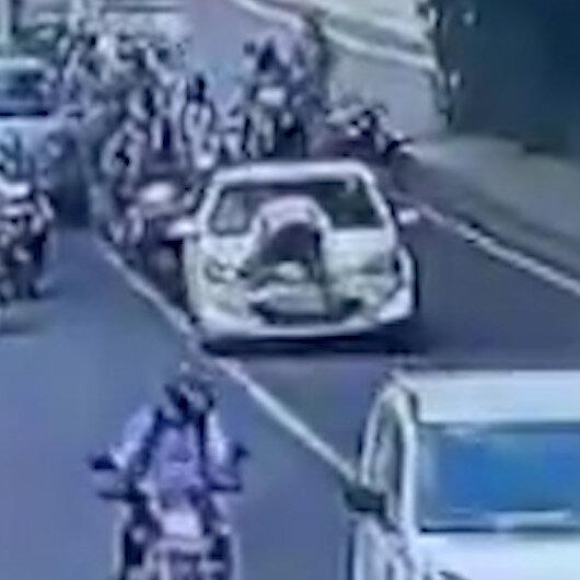 Hindistan'da polis dur ihtarına uymayan aracın kaputuna çıktı