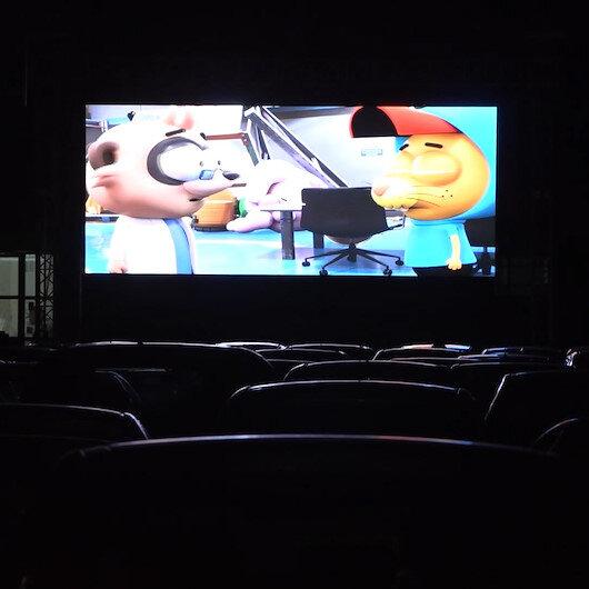 Ispartada kapalı pazar arabalı sinemaya çevrildi: Arabanı Çek İzle