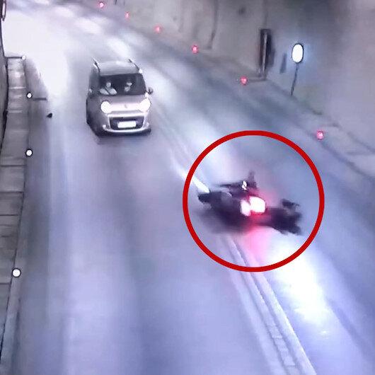 Motosiklet sürücüsü önce duvara çarptı sonra karşıdan gelen aracın altına girdi