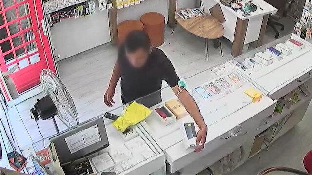 Dükkandan cep telefonu hırsızlığı güvenlik kamerasına yansıdı