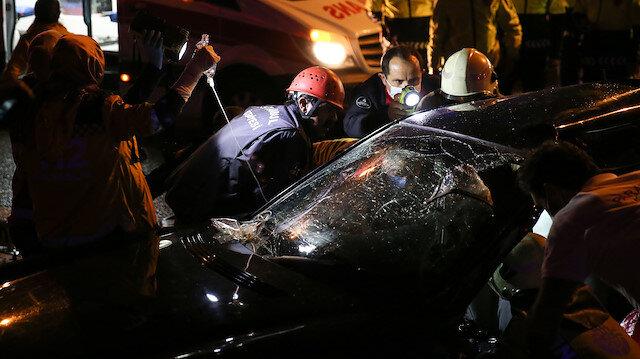 İstanbul Kartal'da feci kaza: Araç bariyerlere ok gibi saplandı