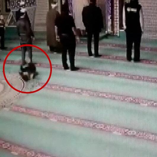 Babanın, camiyi sevdirmek için oğluyla oynadığı oyun kameraya yansıdı