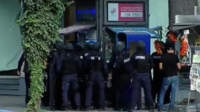 Gürcistan'da silahlı banka soygunu: 30 kişiyi rehin aldılar