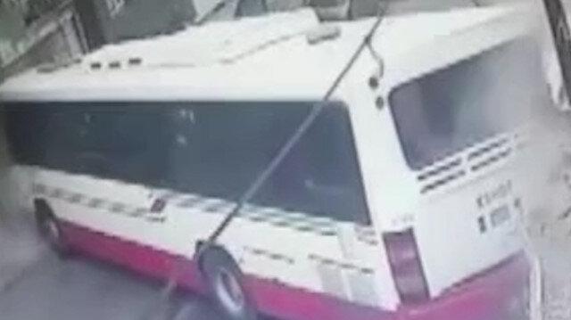 İzmir'de facianın eşiğinden dönüldü: Yolcu otobüs iki eve çarptı