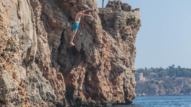 Konyaaltı Sahili'nde gençlerin kayalıklarda tehlikeli eğlencesi