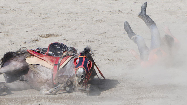 Tökezleyen atıyla birlikte yuvarlanan ciritçi büyük tehlike atlattı