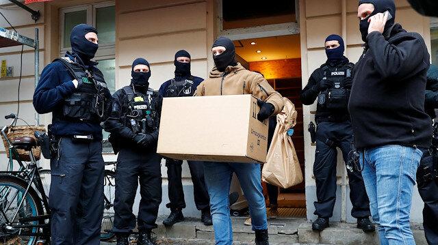 Berlin'de polisin camideki halılara botlarla basması tepkilere neden oldu