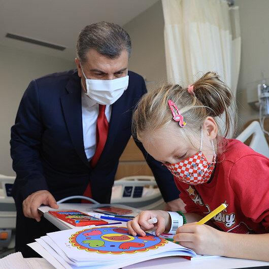 Bakan Kocadan Şehir Hastanesinde tedavi gören hastalara geçmiş olsun ziyareti
