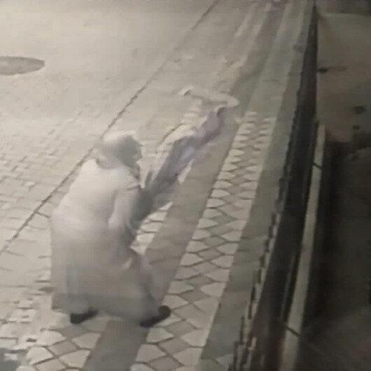 Şehit Esma Çevikin babaevine asılan Türk bayrağının ipini kopararak yere atan kadın kamerada
