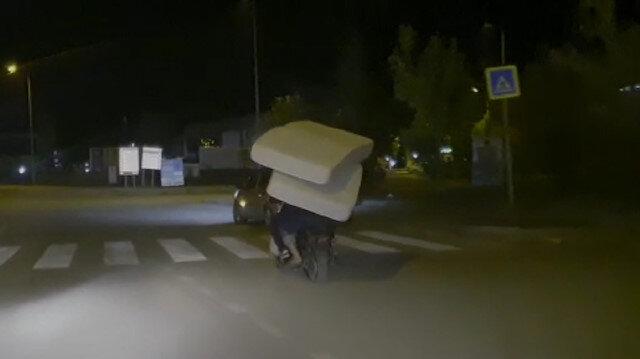 Elektrikli bisikletle 2 yatak birden taşırken görüntülendi