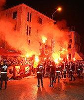 Fenerbahçe galibiyeti taraftarlarıyla kutladı