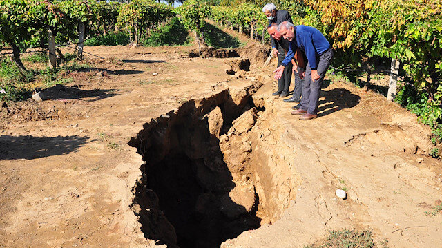 Manisa'da korkutan görüntü: Sel suları fay hattında 3 metrelik dev yarıklar oluşturdu