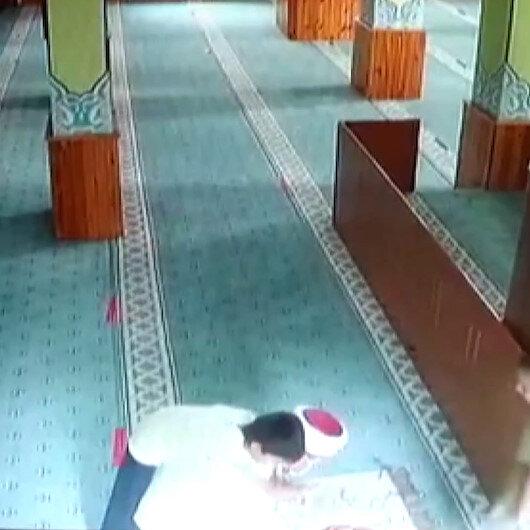 Secdedeki imamın sırtına çıkan çocuklar namazdan sonra beraber dua etti: O iç ısıtan görüntüler böyle kaydedildi