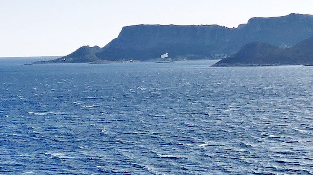 Μια άλλη πρόκληση από την Ελλάδα: σήκωσαν μια τεράστια ελληνική σημαία για να προκαλέσουν τον Mace