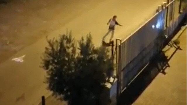 Görenler şaşkına döndü: Sokak ortasında gölgesiyle kavga etti