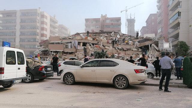 İzmir Alsancak'ta bina yıkıldı