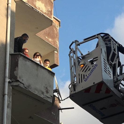 Sultangazide bir binada çıkan yangında mahsur kalan 30 kişi itfaiye ekipleri tarafından böyle kurtarıldı